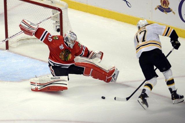 La victoire de 4-3 de Chicago en troisième période supplémentaire contre... (Photo John Starks, Daily Herald)