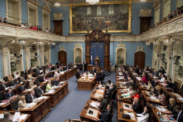 Le Salon Bleu de l'Assemblée nationale où siègent les... (Photo archives La Presse Canadienne)
