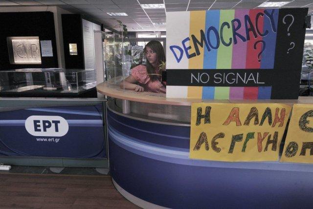 Des centaines d'employés de l'ERT continuaient vendredi d'occuper... (PHOTO LOUISA GOULIAMAKI, AFP)