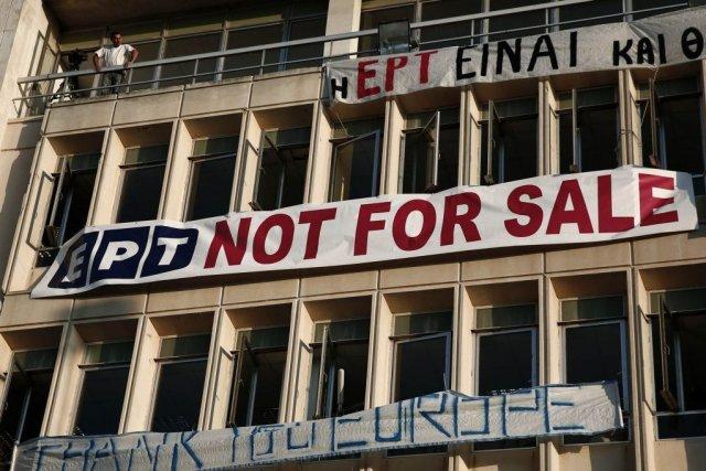 Des centaines d'employés de l'ERT continuaient d'occuper samedi... (PHOTO YORGOS KARAHALIS, REUTERS)