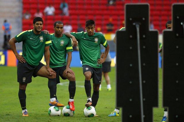 Trois joueurs brésiliens ont pris la pause, hier,... (Photo : Kai Pfaffenbach, Reuters)