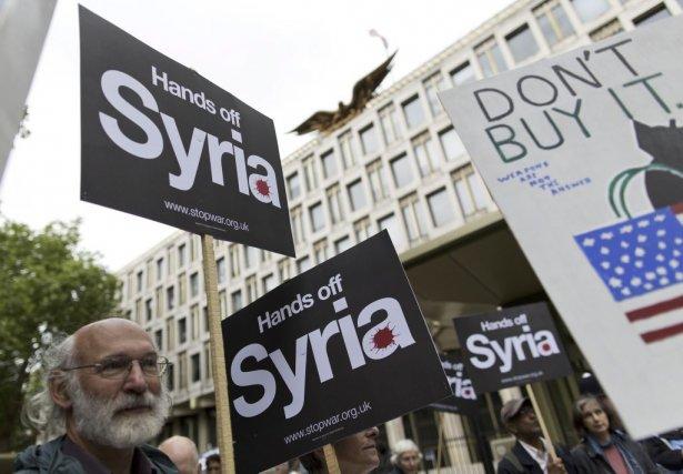 Des manifestants lors d'un rassemblement s'opposant à l'implication... (PHOTO JUSTIN TALLIS, AFP)
