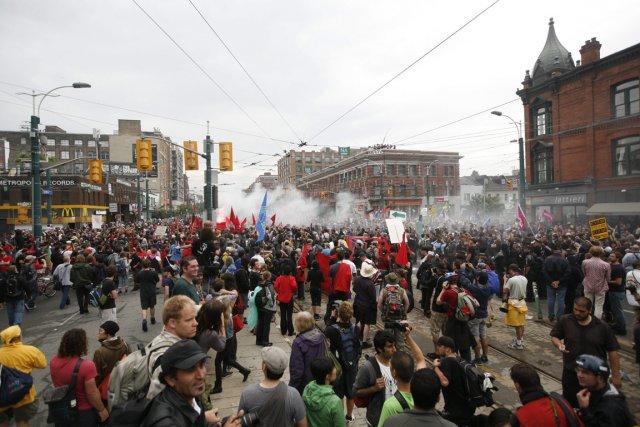 Des dizaines de protestataires - certains déguisés -... (Photo Darren Calabrese, La Presse Canadienne)