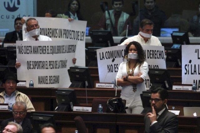Les députés de l'opposition protestent contre l'adoption de... (Photo Eduardo Flores, AFP)