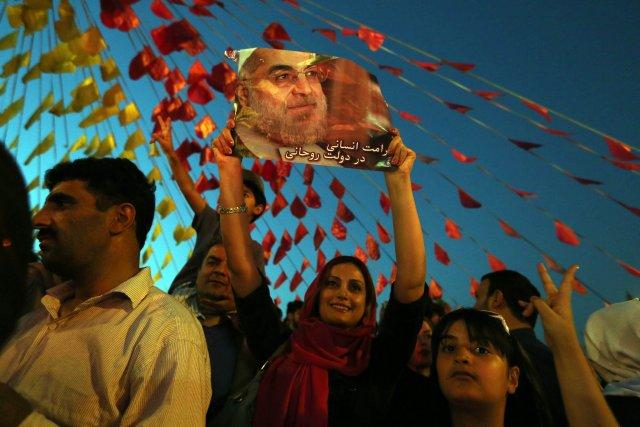 Des Iraniens ont célébré al victoire du religieux... (PHOTO ATTA KENARE, AFP)