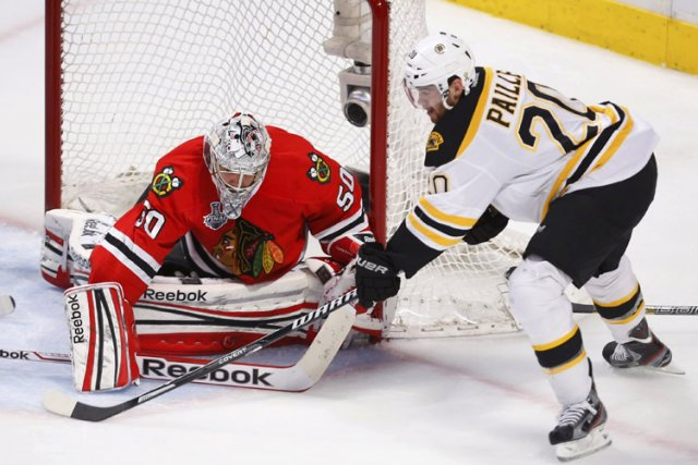 Corey Crawford a réussi à bloquer un tir... (Photo: Reuters)