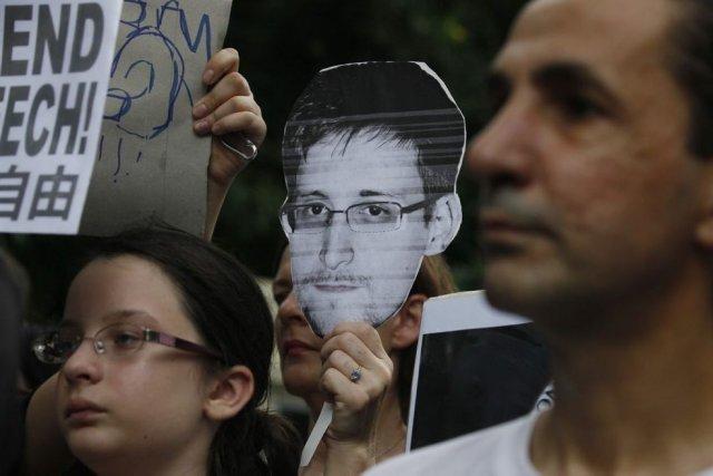 Des supporteurs d'Edward Snowden manifestaient samedi devant le... (Photo AP)