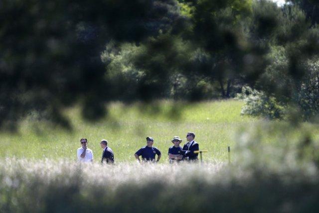 Des enquêteurs du FBI examinent une propriété du... (PHOTO CARLOS OSARIO, AP)