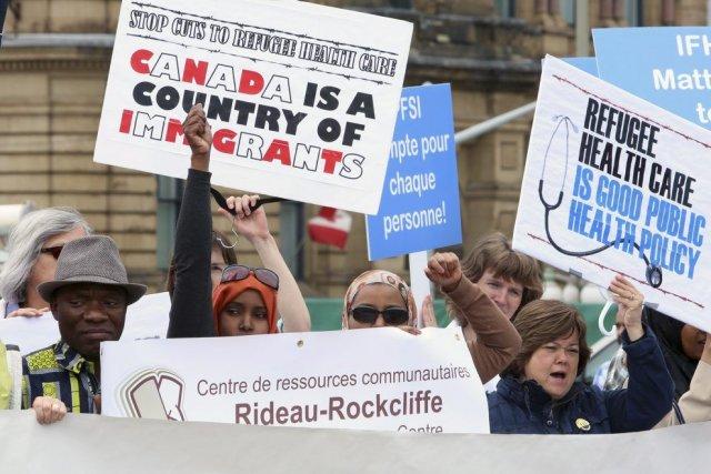 Une manifestation s'est déroulée sur la colline parlementaire... (PHOTO FRED CHARTRAND, PC)