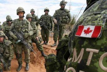 Des soldats canadiens en Afghanistan... (Archives AP)
