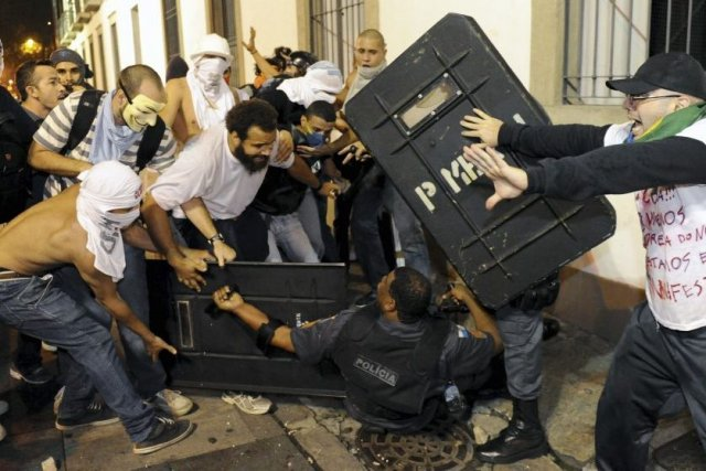 Affrontement entre policiers et manifestants à Rio de... (Photo AFP)