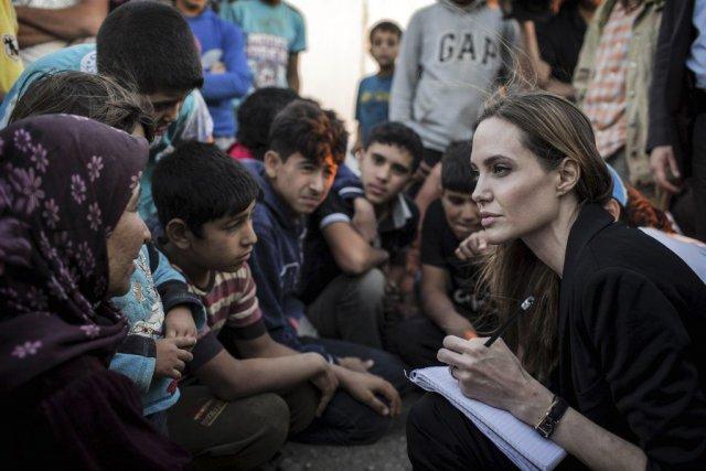 Angelina Jolie parle avec des réfugiés syriens.... (Photo: AFP)