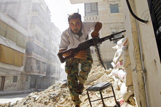 Un combattant de l'Armée syrienne libre bat en... (PHOTO GORAN TOMASEVIC, ARCHIVES REUTERS)