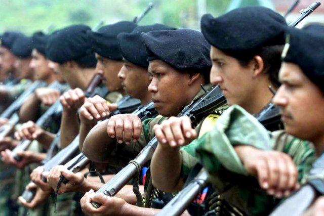 Les FARC, qui ont officiellement renoncé en 2012... (PHOTO LUIS ACOSTA, ARCHIVES AFP)