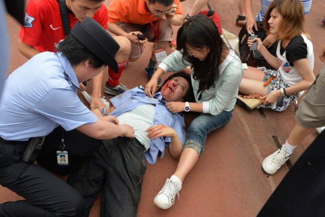 Trois policiers, deux agents de sécurité de l'université... (Photo Peter Parks, AFP)