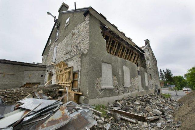 La démolition du mur donnant sur la rue... (Martin Roy, Archives LeDroit)
