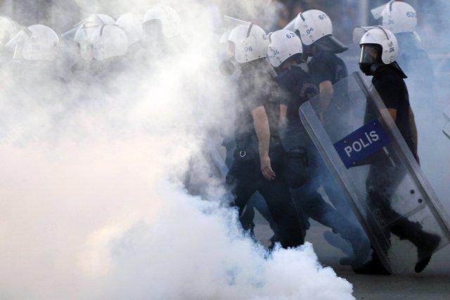 La police a utilisé le gaz lacrymogène «non... (PHOTO DADO RUVIC, REUTERS)
