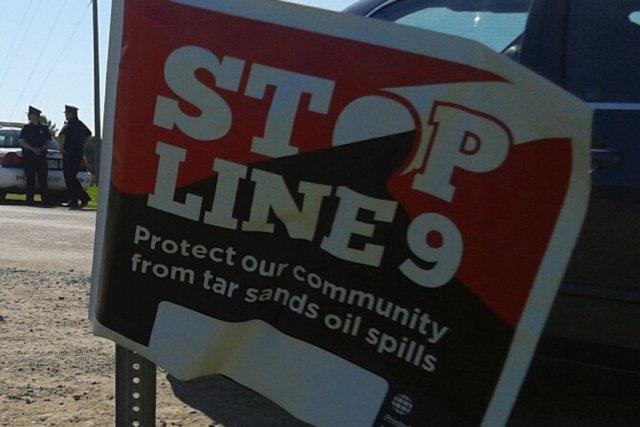 Les manifestants s'opposent au renversement du flux de... (Photo tirée de swampline9.tumblr.com)