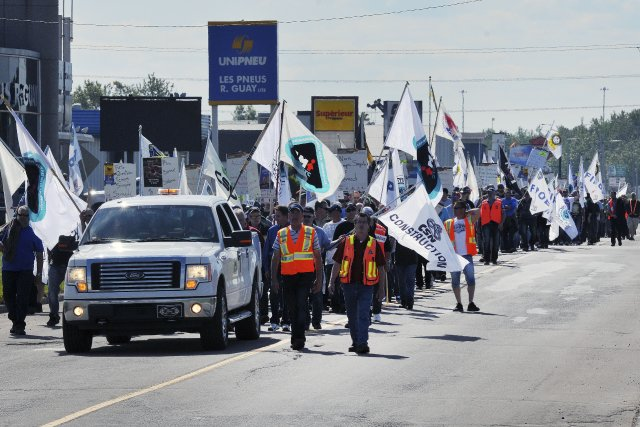 Environ 350 travailleurs de la construction ont manifesté... (Photo Jeannot Lévesque, Le Quotidien)