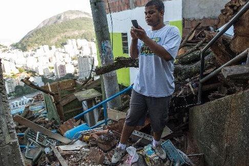 Thiago Firmino remarque que les deux téléphériques qui desservent la favela à...