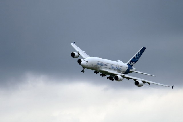 Un Airbus A380 survole l'aéroport de Le Bourget,... (PHOTO ERIC FEFERBERG, archives AFP)