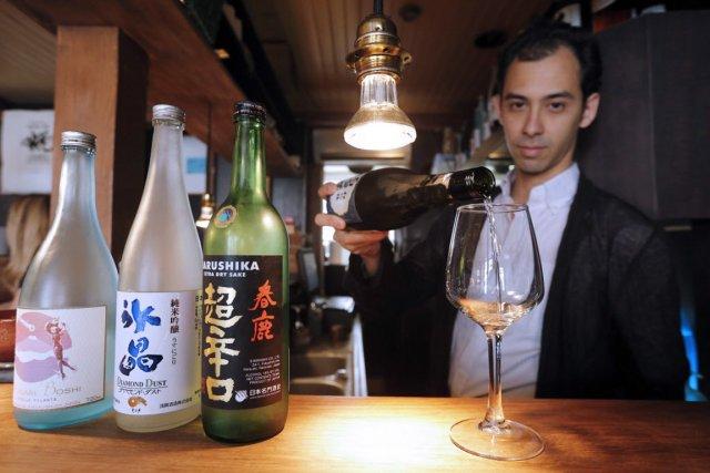 Youlin Ly, gérant à Paris du Saké Bar... (PHOTO FRANCOIS GUILLOT, AFP)