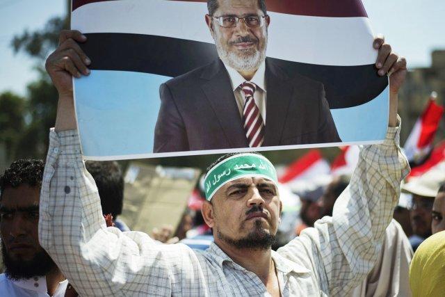 Les manifestants portant des drapeaux égyptiens et des... (PHOTO GIANLUIGI GUERCIA, AFP)