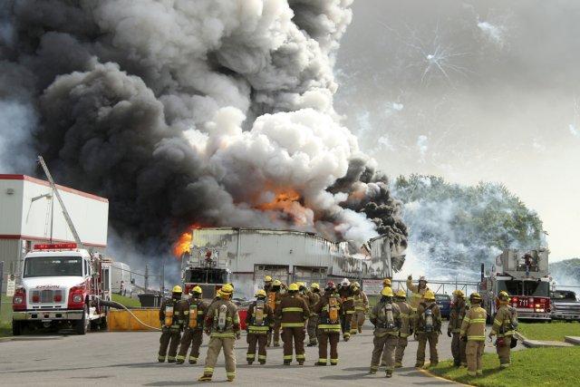 L'entrepôt de BEM Feux d'artifice dévasté.... (Photo La presse Canadienne)