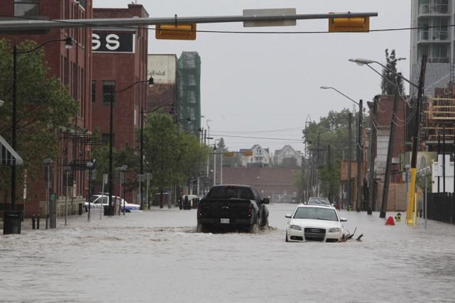 Les inondations majeures qui ont frappé les provinces... (PHOTO DAVE BUSTON, ARCHIVES AGENCE FRANCE-PRESSE)