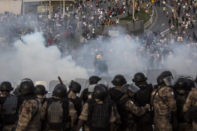 À Belo Horizonte, la police a utilisé des... (PHOTO FELIPE DANA, AP)