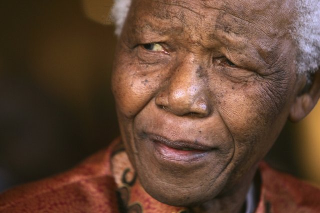 Nelson Mandela en 2004.... (PHOTO MIKE HUTCHINGS, ARCHIVES REUTERS)