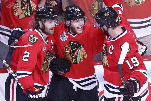 Patrick Kane des Blackhawks de Chicago, au centre,... (Photo Jim Young, Reuters)
