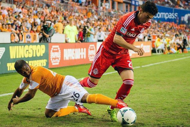 Corey Ashe (26) du Dynamo de Houston et... (Photo Houston Chronicle, Smiley N. Pool, AP)