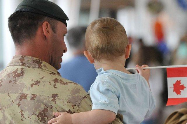Le premier groupe de 90 militaires qu?b?cois est... (Photo Steve Deschenes, Archives Les Soleil)