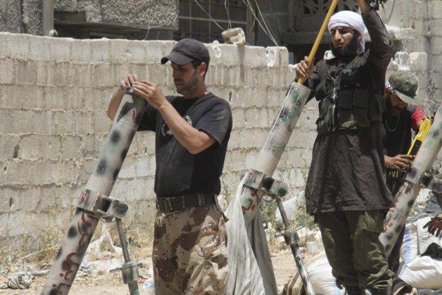 Des rebelles préparent des tirs de mortier sur... (PHOTO REUTERS)