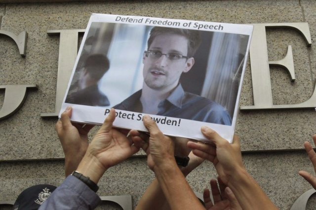 Inculpé notamment d'espionnage, Edward Snowden encourt 30 ans... (PHOTO BOBBY YIP, REUTERS)