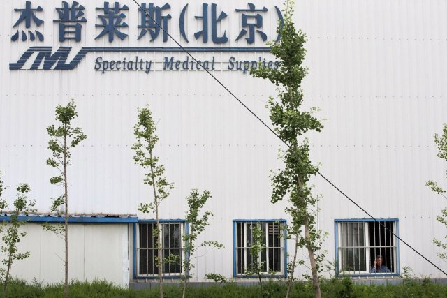 L'usineSpecialty Medical Supplies où le copropriétaire Chip Starnes... (Photo Andy Wong, AP)