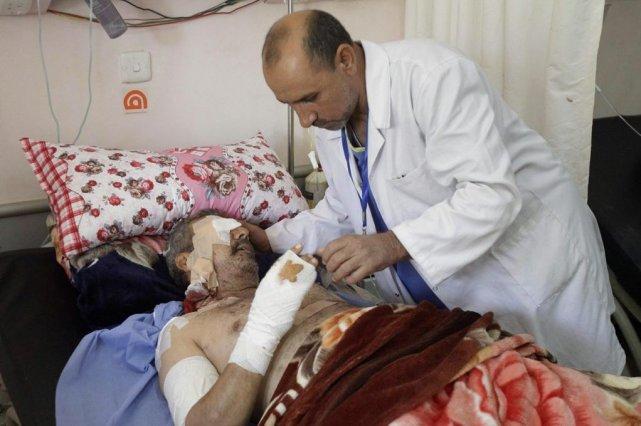 Un homme reçoit des traitements dans un hôpital... (PHOTO KARIM KADIM, AP)