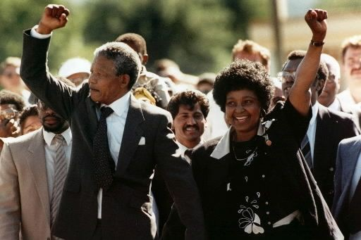 Nelson Mandela marche avec sa femme Winnie suite... (PHOTO ARCHIVES ASSOCIATED PRESS)