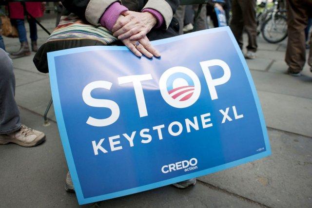 Une militante écologiste tient une pancarte appelant à... (PHOTO DON EMMERT, ARCHIVES AFP)