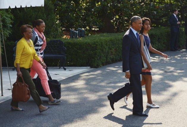 Barack, Malia et Sasha, ainsi que la grand-mère... (Photo MANDEL NGAN, AFP)