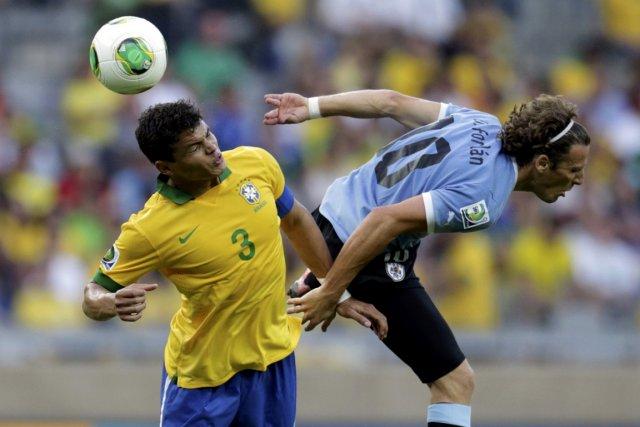 Le Brésilien Thiago Silva. à gauche, et l'Uruguayen... (PHOTO UESLEI MARCELINO, REUTERSE)