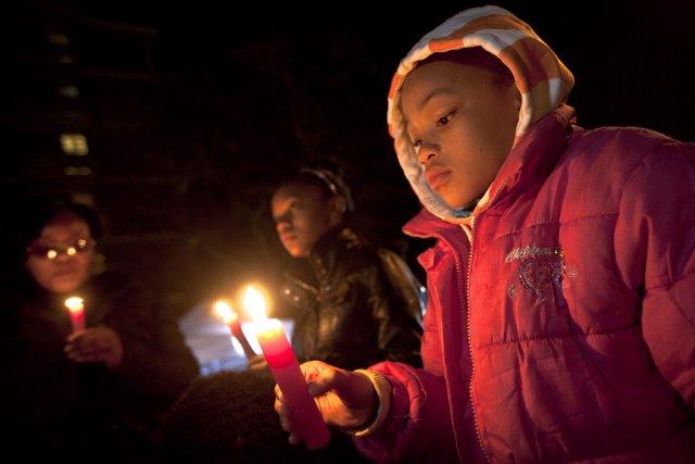 Des Sud-Africains veillent à la chandelle devant l'hôpital... (Photo Ben Curtis, AFP)