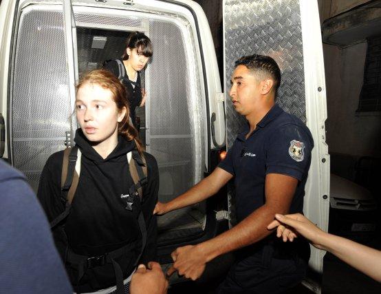 Josephine Markmann, à gauche, et Pauline Hillier arrivet... (PHOTO FETHI BELAID, AFP)