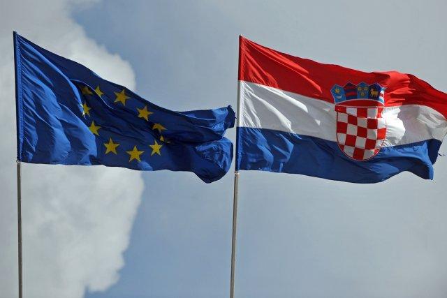Les drapeaux européen et croate, dans la ville... (Photo Andrej Isakovic, AFP)