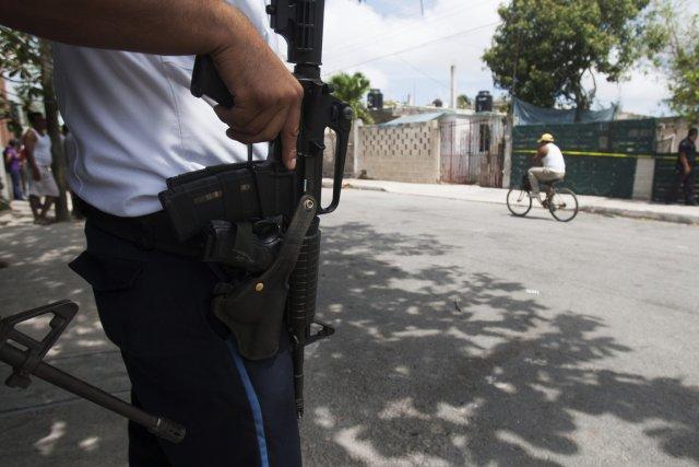 Un officier de police mexicain.... (PHOTO VICTOR RUIZ, REUTERS)