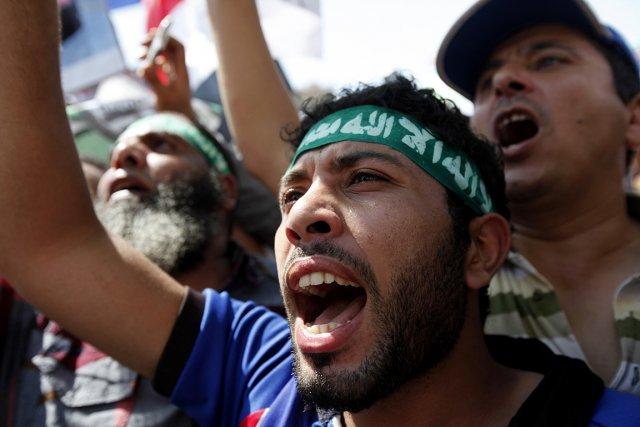 Sur cette photo, des partisans de Morsi lui... (Photo: Reuters)