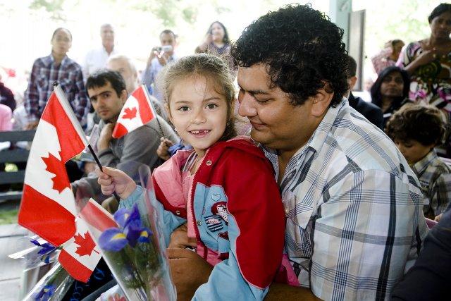 Vingt-quatre nouveaux citoyens originaires de treize pays différents ont prêté... (Archives)