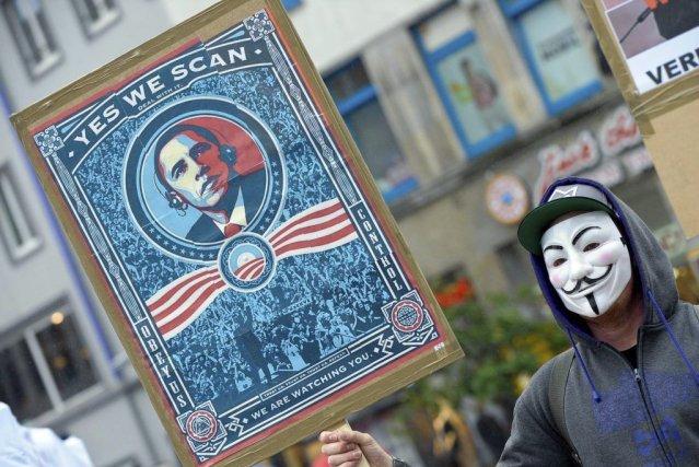 Un manifestant proteste contre le programme de surveillance... (Photo Peter Steffen, AFP)