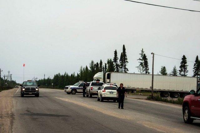 Les autorités ont dû bloquer la seule route... (Photo Neil Simmons, La Presse Canadienne)